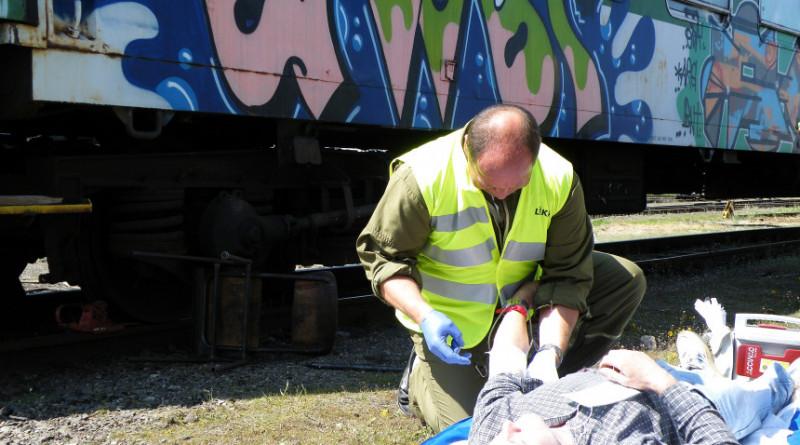 lékař letecké záchranky ošetřuje zraněného