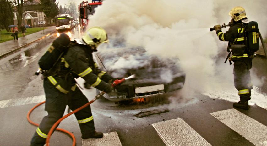hořící auto na křižovatce, zdroj-hzspk