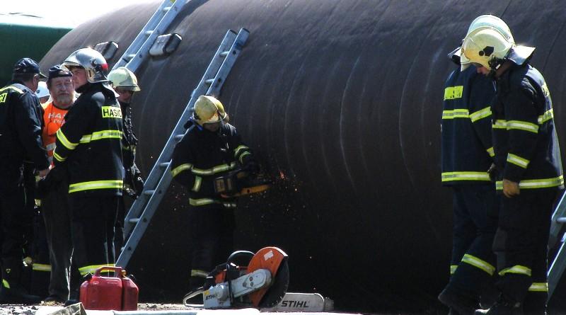 hasiči se dostávají do havarovaného vlaku