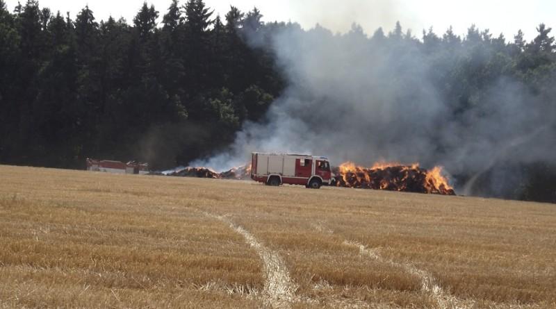 hasiči zasahují u hořícího stohu u vlčic, pnd