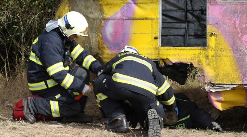 hasiči vyprošťují zraněné členy posádky havarovaného letadla v rámci cvičení v kloloči, hzspk.cz
