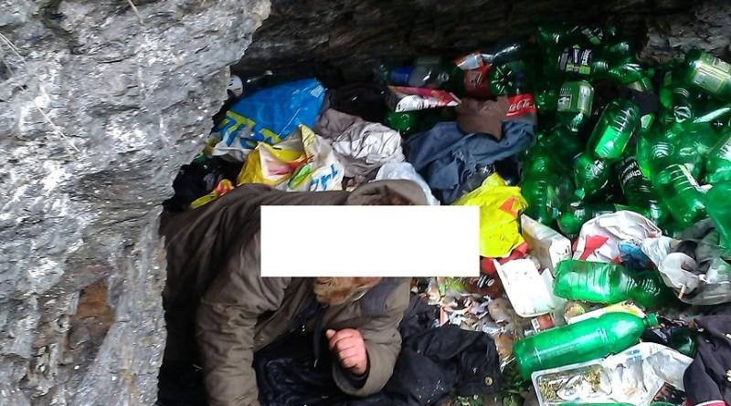 bezdomovec spí v hordě odpadků, mpplzen.cz