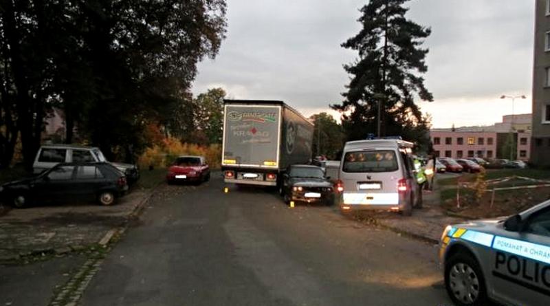 kamion naboural v Domažlicích zaparkovaná auta, zdroj-policie.cz