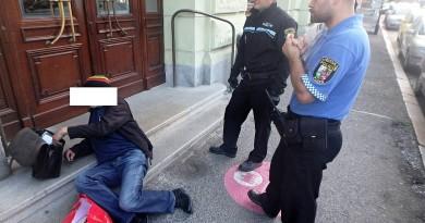 Strážníci začali den sbíráním notorických opilců. Někteří z nich jen bezvládně leželi, druzí se plazili po zemi