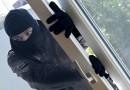 Neznámý zloděj se vloupal do skříně s pečivem. Odtud sebral několik přepravek s chleby a rohlíky