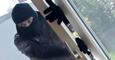 Zloděj z domu ukradl jednu láhev alkoholu a vyskočil balkónem ven