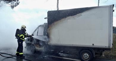 V Zeměticích během jízdy vzplálo nákladní auto. Řidič, kterému již hořelo oblečení, musel vyskočit za jízdy ven!