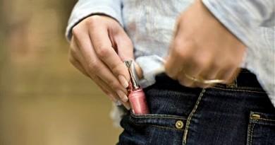 Neznámý poberta ukradl třináct parfémů. Škoda je devět tisíc korun