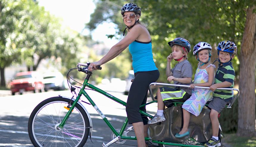 cyklisté na kole, wikimedia.org