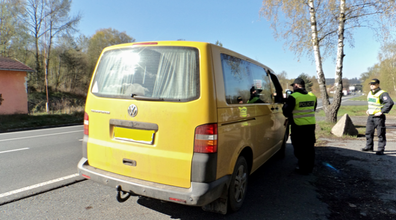 policisté kontrolují dodávky kvůli migrantům, policie.cz