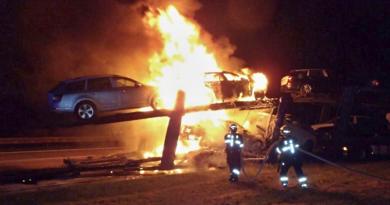 Na dálnici shořel kamion, jenž převážel osobní vozidla. Zachránit se povedlo jedno auto