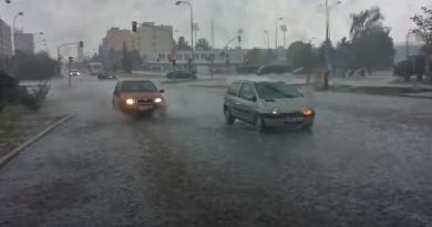 Regionem se žene silná bouřka. V sousedním kraji demolují kroupy auta