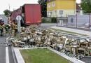 Z nákladního vozu vypadlo několik pivních bas. Pivo teklo po silnici