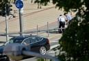 Žena chtěla spáchat sebevraždu a skákala před jedoucí auta. Zasáhnout museli strážníci