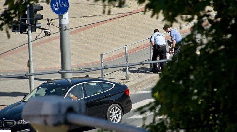 strážníci drží ženu, která chtěla skočit před jedoucí auta, mpplzen.cz