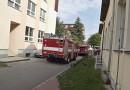 Seniorka ležela v bytě a bouchala do zdi. Její volání o pomoc zaslechli sousedé, kteří zalarmovali hasiče a policisty