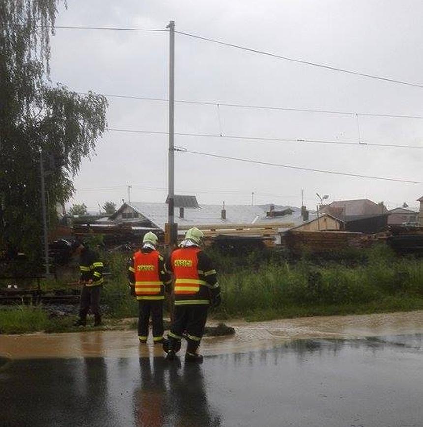 hasiči likvidují vodu ze silnice po deštích, hasici blovice - jan sýkora