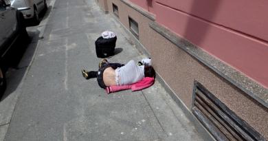 Dva opilí cizinci si ustlali na chodníku. Jeden byl pokálený, druhý pozvracený!