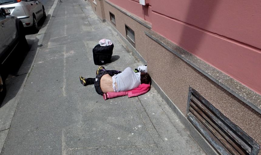 opilá žena si ustlala v tylově ulici, mpplzen.cz