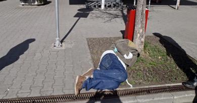 Opilec ležel na zastávce MHD. Na záchytku jej museli dopravit policisté