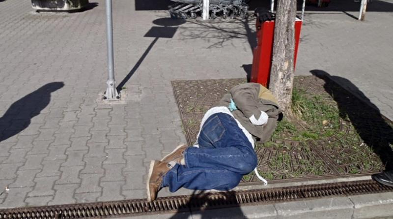 opilec se válel u obchodního domu, mpplzen.cz