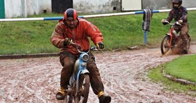 Při závodech mopedů ve Stodě zemřel jezdec. Ani rychlý zásah záchranářů muži nepomohl