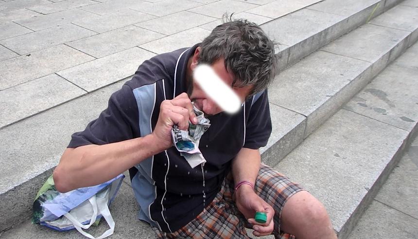 bezdomovec ždímal noviny s vínem v ústech, zdroj - mpplzen.cz