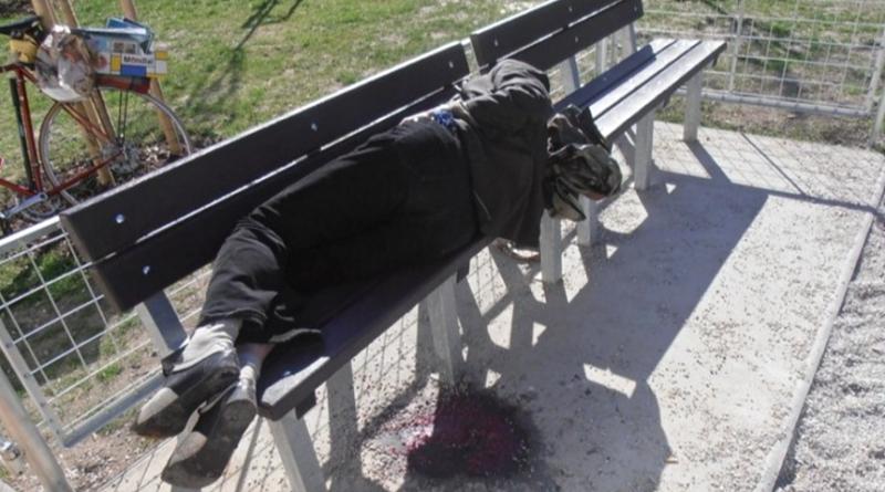 zraněný a opilý můž na lavičce, mpplzen.cz