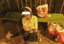Šestapadesátiletá žena ze Slovenska močila na zastávce MHD. Strážníci ji nakonec odvezli na záchytku
