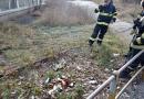 Náhodný svědek nalezl v trávě ležící chemikálie. Na místě zasahovali hasiči a strážníci