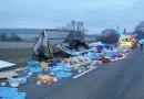 U Malého Boru havaroval náklaďák převážející mražená kuřata. Celý náklad se vysypal po silnici
