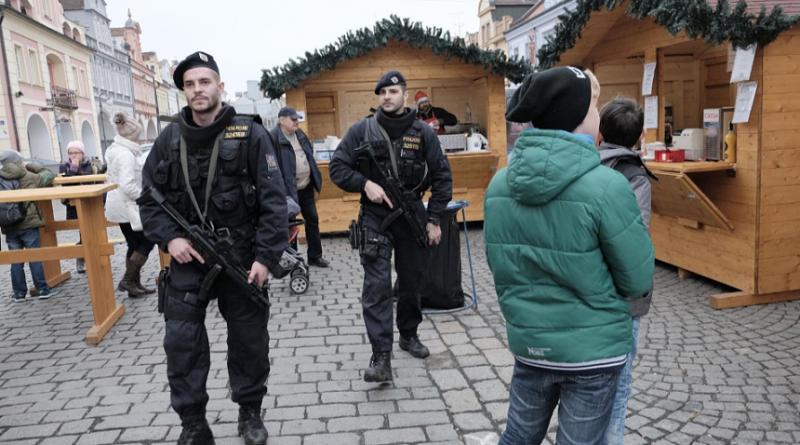 policiste-hlidkuji-po-teroristickem-utoku-v-berline-na-vanocnich-trzich-zdroj-pcr