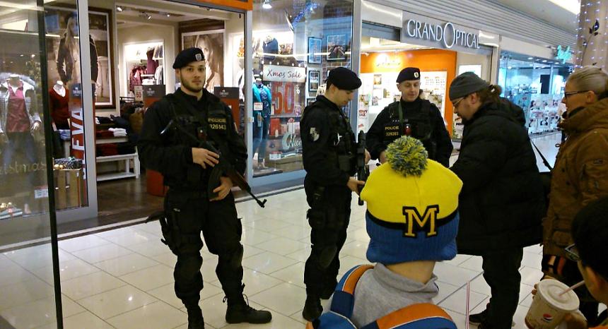 policiste-hlidkuji-se-samopaly-take-v-obchodnich-centrech-v-plzni-zdroj-policie-cz