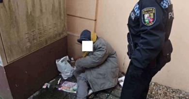 Bezdomovkyně se válela u domu, mladík močil na nákladové rampě obchodu. To je prostě Plzeň!