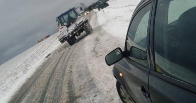 Sněžení a zledovatělé silnice komplikují dopravu, problémy mají nákladní auta