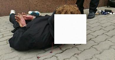 Strážníci krotili zfetovaného mladíka. Ten zdemoloval telefonní automat a dvě auta