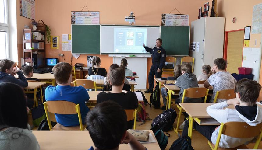 policisté při besedách se žáky 8 a 9 tříd, zdroj - policie.cz