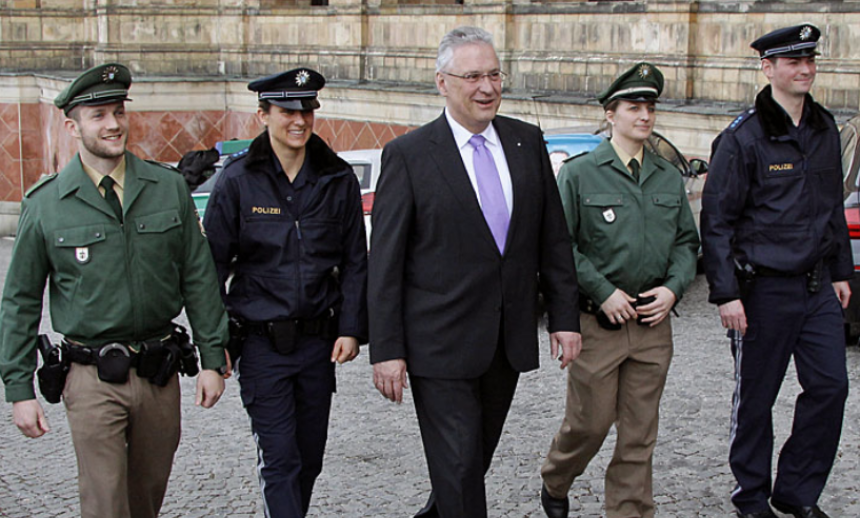 bavorský min.vnitra Joachim Herrman v doprovodu policistů, zdroj - innenministerium.bayern.de