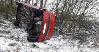 V důsledku sobotního náledí končila auta v příkopech
