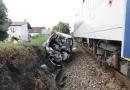 Vlak se střetl s osobním vozidlem, při nehodě zemřelo batole