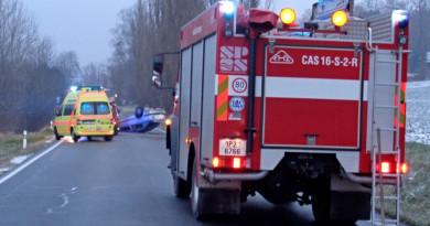 Hasiče, kteří řešili následky vážné nehody, ohrožovali neukáznění řidiči